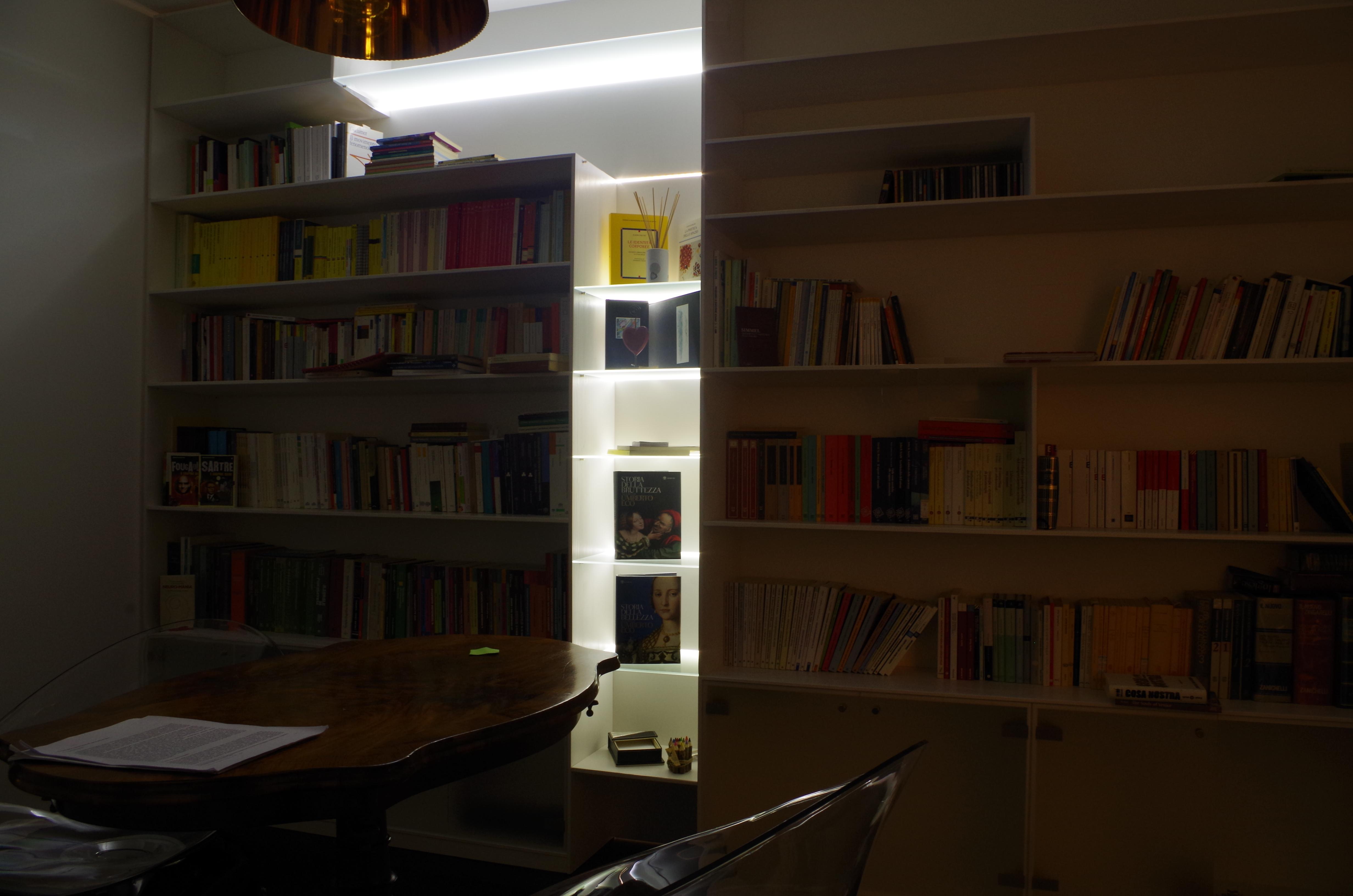 libreria il legno laccato e led